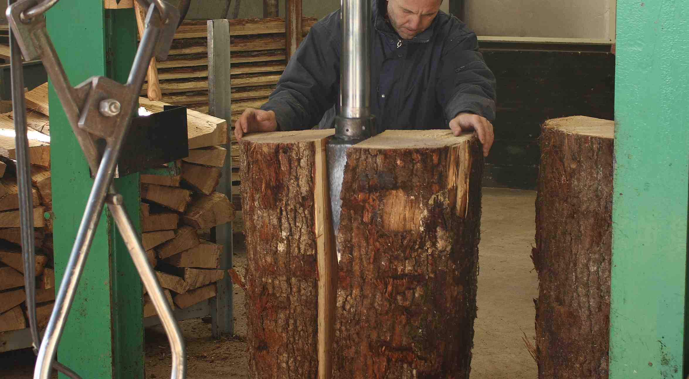 Cutting wood for cognac barrels