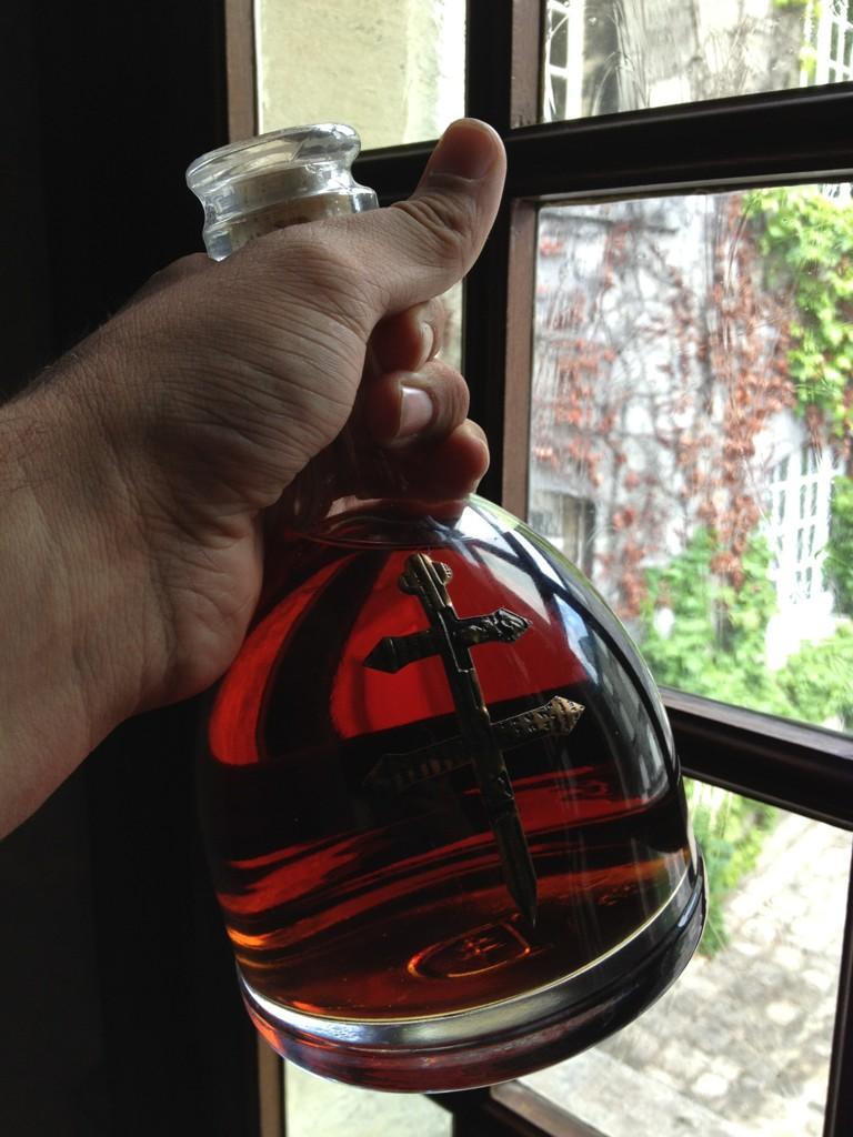 干邑专家(Cognac-Expert)在干邑城堡,Max手持于泽干邑